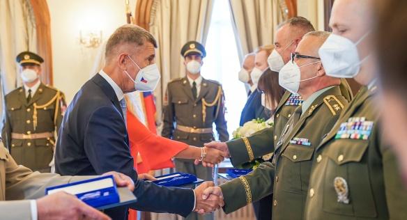 Medaile Karla Kramáře oceněným předal předseda vlády Andrej Babiš v doprovodu své manželky Moniky, 8. září 2021.