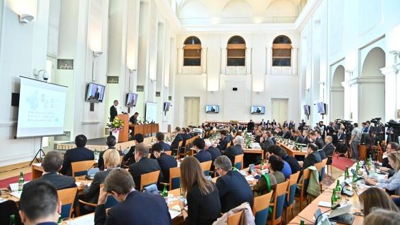 Premiér Andrej Babiš zahájil v Černínském paláci mezinárodní expertní konferenci k bezpečnosti sítí 5G, 2. května 2019.