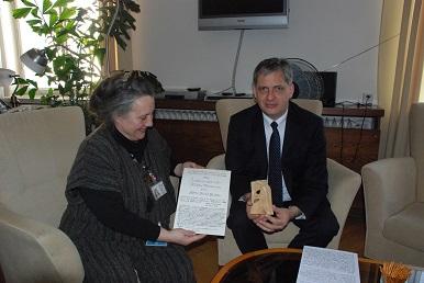 Ministr Dienstbier obdržel od dětí Anděla pro lepší svět