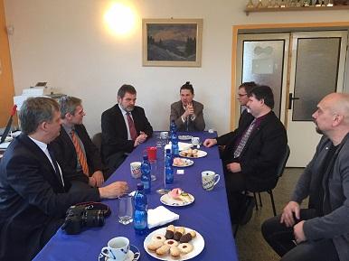 Ministr Jiří Dienstbier dnes navštívil Nemanice v Plzeňském kraji, kde jednal s představiteli města