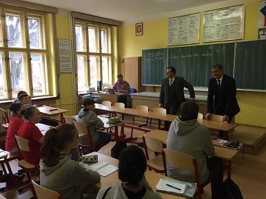 Ministr Jiří Dienstbier dnes navštívil Poběžovice v Plzeňském kraji - beseda se žáky inkluzivní školy