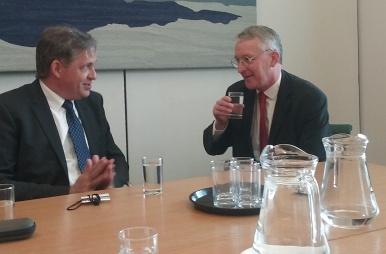 Ministr Dienstbier na pracovní návštěvě v Londýně sešel s poslancem Hillary Bennem