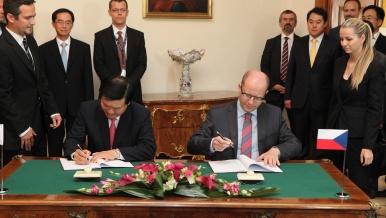 29. července 2014: Premiér Sobotka a prezident společnosti Hyundai Mobis Myung Chul Chung podepsali smlouvu o investici Hyundai Mobis v ČR.