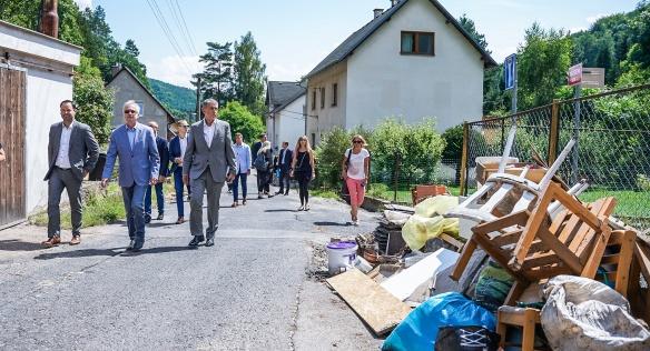 V doprovodu primátora Děčína Jiřího Anděla si premiér Babiš prohlédl poškozené ulice v místní části Bělá, 27. července 2021.
