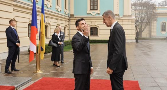 Ukrajinský prezident Volodymyr Zelenskyj vítá českého premiéra Andreje Babiše před budovou Kanceláře prezidenta Ukrajiny, 19. listopadu 2019.