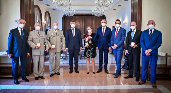 Premiér Andrej Babiš a ministr obrany Lubomír Metnar s letošními držiteli Ceny Bezpečnostní rady státu, 22. června 2021.