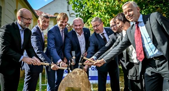 Premiér s ministrem zdravotnictví poklepali na základní kámen nové budovy urgentního příjmu, 30. září 2021.