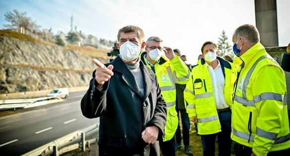 Premiér Babiš s vicepremiérem Havlíčkem si prohlédli zmodernizovaný most Vysočina na D1 u Velkého Meziříčí, 28. listopadu 2020.