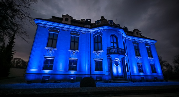 Úřad vlády se opět zapojil do akce Česko svítí modře na podporu lidí s PAS, 2. dubna 2021.