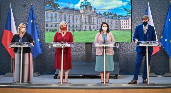 O výsledcích jednání vlády novináře informovali ministryně K. Dostálová, A. Schillerová a J. Maláčová a ministr A. Vojtěch, 13. září 2021.