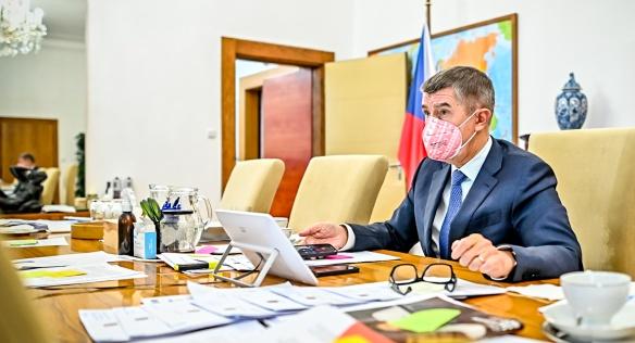 Premiér Andrej Babiš řídí videokonferenční jednání vlády, na němž kabinet rozhodl například o prodloužení programů Antivirus, 21. prosince 2020.