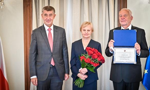 Premiér Andrej Babiš předal Františku Koukolíkovi Cenu předsedy Rady vlády pro výzkum, vývoj a inovace za letošní rok, 15. září 2021.