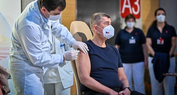 Premiér Andrej Babiš se ráno v Ústřední vojenské nemocnici nechal mezi prvními naočkovat proti covid-19, 27. prosince 2020.