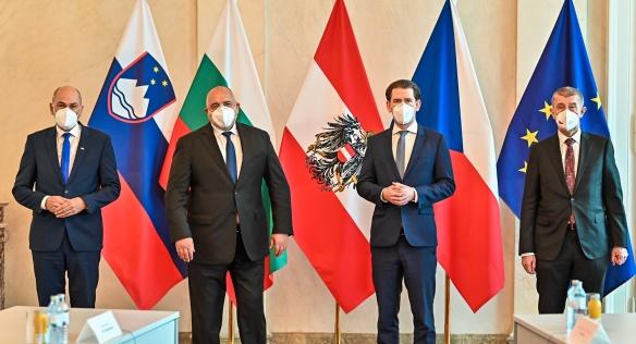 Premiéři na jednání s rakouským kancléřem hovořili například o vakcínách, 16. března 2021.