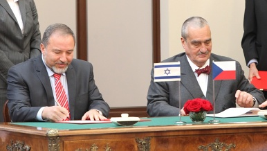 Foreign ministers Karel Schwarzenberg and Avigdor Lieberman signed a joint declaration aimed at extending and deepening dialogue between the two countries.