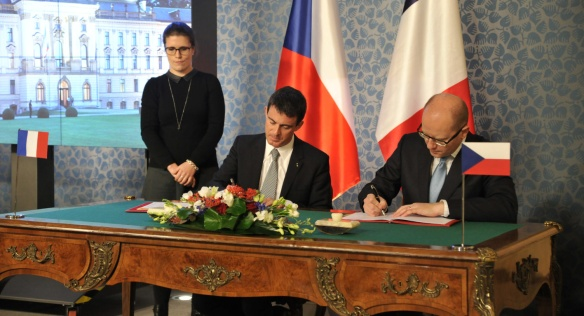 Signature of the agreement on 8 December 2014.