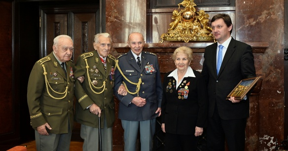 Při příležitosti blížícího se státního svátku přijal vedoucí Úřadu vlády Radek Augustin 23. října 2013 v Kramářově vile válečné veterány.