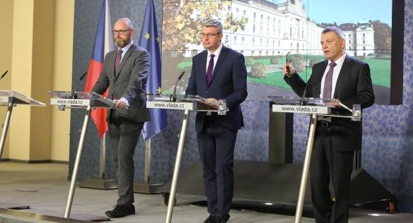 Vicepremiér K. Havlíček a ministři školství R. Plaga a kultury L. Zaorálek na tiskové konferenci po jednání vlády 4. listopadu 2019.