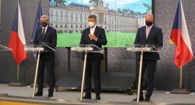 Premiér A. Babiš, vicepremiér K. Havlíček a ministr školství, mládeže a tělovýchovy R. Plaga na tiskové konferenci po jednání vlády, 7. září 2020.