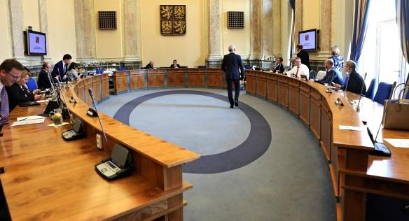 Vláda se na schůzi 8. dubna 2019 zabývala mimo jiné podmínkami aukce radiových kmitočtů pásma 700 MHz.