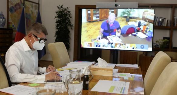 Premiér Andrej Babiš musel kvůli preventivním opatřením řídit jednání vlády opět jen videokonferenčně, 5. října 2020.