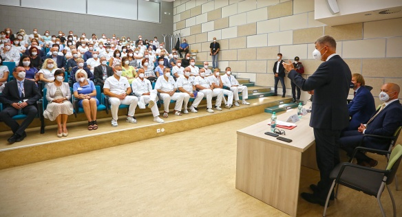 Premiér Andrej Babiš a ministr zdravotnictví Adam Vojtěch na besedě se zaměstnanci FN Plzeň, 6. září 2021.