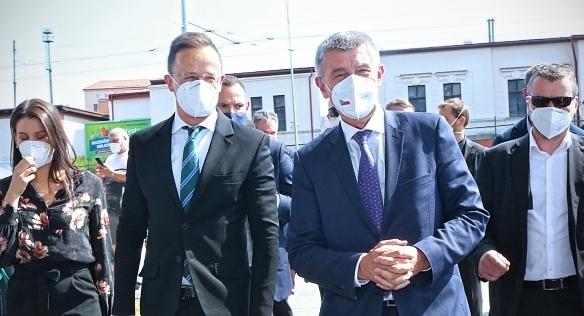 Předseda vlády Andrej Babiš převzal vakcíny od maďarského ministra zahraničí Pétera Szijjárta, 4. června 2021.