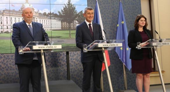 Premiér A. Babiš, ministryně práce a sociálních věcí J. Maláčová a ministr zemědělství M. Toman na tiskové konferenci po jednání vlády, 2. září 2019.