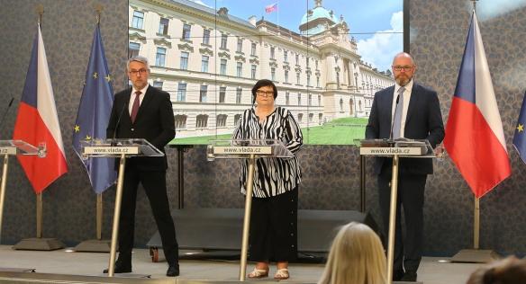 Členové vlády na tiskové konferenci po jednání kabinetu, 13. července 2020.