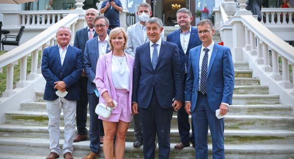Předseda vlády spolu se starosty po jednání, 14. července 2021.
