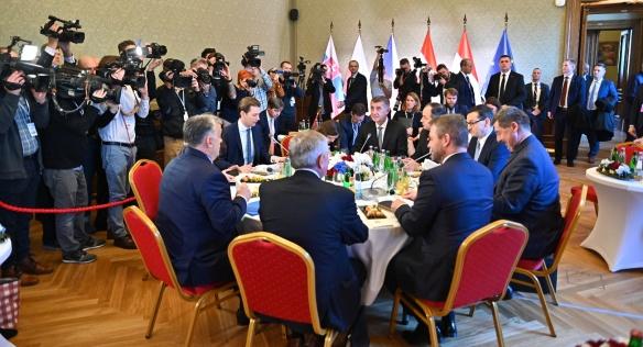 Premiéři zemí V4 u jednacího stolu s rakouským kancléřem Kurzem, 16. ledna 2020.