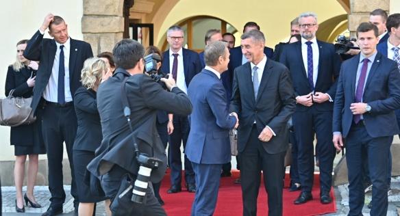 Premiér Andrej Babiš se před Hrzánským palácem loučí s předsedou s předsedou Evropské rady Donaldem Tuskem, 8. května 2019.