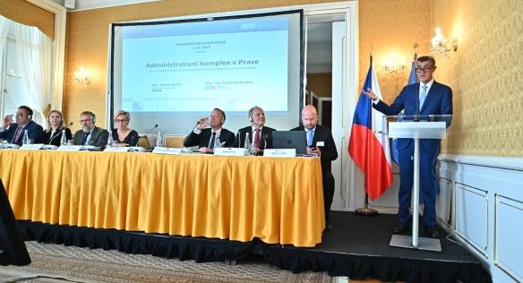 Premiér Babiš při projevu na konferenci Administrativní komplex – vize České republiky a zahraniční zkušenosti, 1. října 2019.
