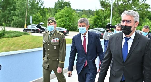 Premiér Babiš a ministr Metnar poděkovali armádním medikům, 9. června 2020.