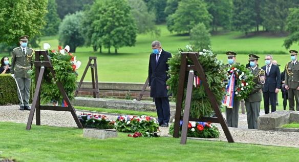 Premiér Andrej Babiš si na pietním aktu k 78. výročí vyhlazení Lidic připomněl památku obětí nacistického běsnění, 10. června 2020.