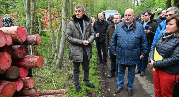 Premiér Babiš a další členové vlády se jeli přesvědčit o účinnosti opatření proti šíření kůrovce, 15. května 2019.