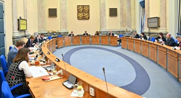 Vláda na úvod programu schválila vyhlášení státního smutnu na počest zesnulého předsedy Senátu J. Kubery, 27. ledna 2020.