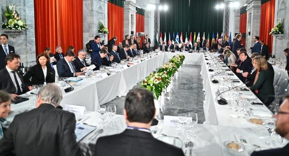 U jednacího stolu zasedli zástupci 17 zemí skupiny Přátel koheze, aby se dohodli na společném postupu za změnu evropského rozpočtu, 1. února 2020.