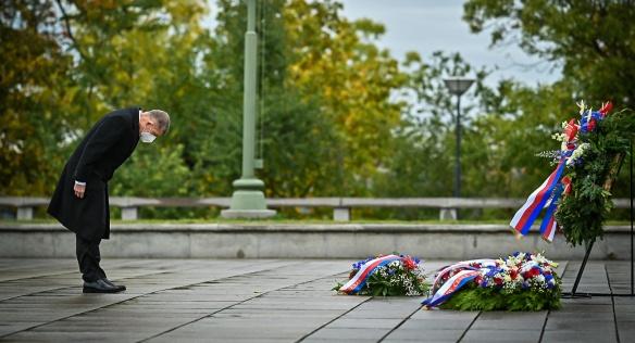 Premiér A. Babiš u příležitosti 102. výročí založení Československa vzdal úctu všem, kteří se o vznik samostatného státu zasloužili, 28. října 2020.