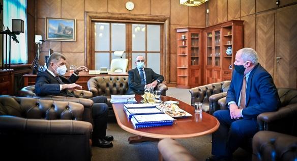 Úřad novému ministrovi zdravotnictví Janu Blatnému předal za přítomnosti premiéra Andreje Babiše odstupující ministr Roman Prymula, 29. října 2020.
