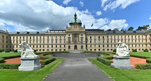 Historická budova Strakovy akademie už opět září novou fasádou, 25. června 2020.