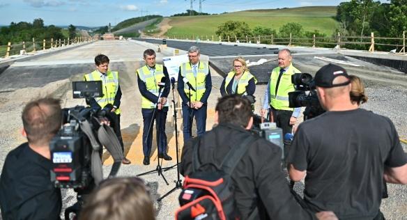 Premiér A. Babiš, vicepremiér K. Havlíček a ministryně pro místní rozvoj K. Dostálová si prohlédly rozestavěné úseky dálnice D6, 26. června 2020.