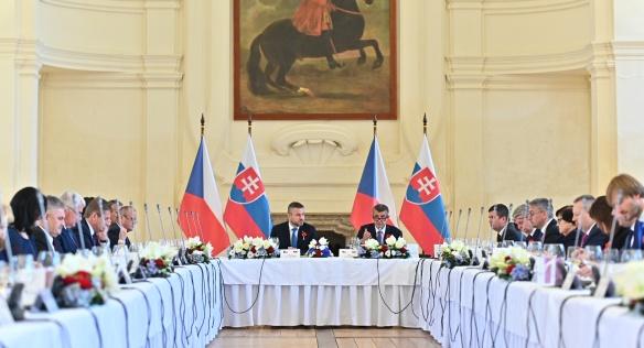 Společný pracovní oběd členů české a slovenské vlády zahájil český premiér Andrej Babiš, 11. listopadu 2019.