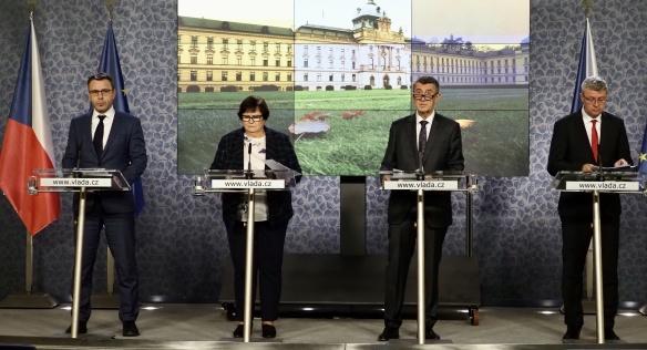 Tisková konference po jednání vlády za účasti premiéra Babiše a ministrů Havlíčka a Kremlíka a ministryně Benešové, 25. listopadu 2019.