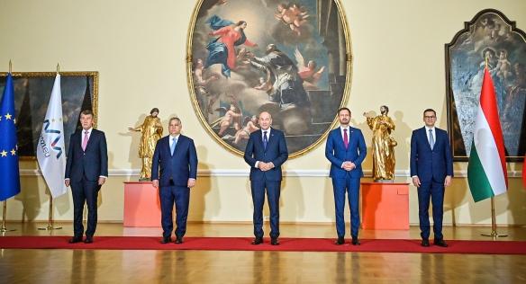 Společná fotografie předsedů vlád zemí V4 a Slovinska, 9. července 2021.
