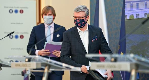 Nejdůležitější body jednání vlády přišli novinářům přiblížit vicepremiér Karel Havlíček a ministr zdravotnictví Adam Vojtěch, 18. května 2020.