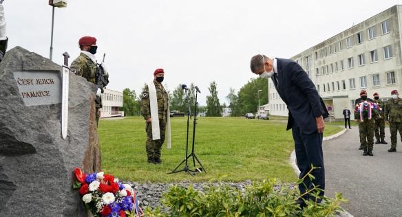 Premiér Andrej Babiš vzdává hold památce tří padlých příslušníků praporu, M. Marcina, K. Beneše a P. Štěpánka, 22. května 2020.