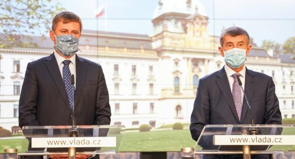 Premiér Andrej Babiš a ministr zahraničních věcí Tomáš Petříček oznamují rozvolnění opatření na státních hranicích, 5. června 2020.
