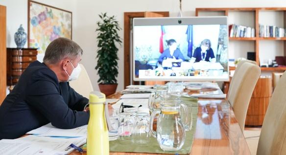 Předseda vlády během videokonferenčního jednání s ministry, 21. září 2020.
