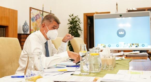 Premiér Andrej Babiš během videokonferenčního jednání vlády o kurzarbeitu, 25. září 2020.